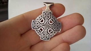 Кельтская культура подарила миру необычный символ - кельтский крест, который считается одним из самых красивых символов средневековья. Сегодня кельтский крест является элементом украшения одежды, аксессуаров, сувенирной продукции и даже татуировок.